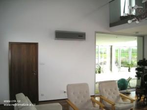 Nástěnná klimatizace v obýváku rodinného domu umí velmi zpříjemnit letní dny.