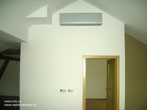 Klimatizace na chodbě v mezonetovém bytě.
