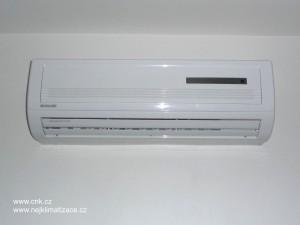 Klasická nástěnná klimatizace v podkrovním bytě v Brně