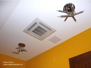 Klimatizace umístěna v podhledu v ložnici rodinného domu.